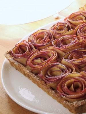 Tarte aux pommes en pétales de roses (pâte sablée spéculoos et crème pâtissière lait d'amande)