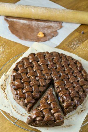 Galette des rois au cacao avec son look original tressé.