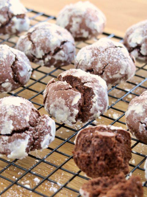 Crinkles Cappuccino : des biscuits chocolat - café croustillants à l'extérieur et moelleux à l'intérieur. Idéal pour une pause café gourmande !